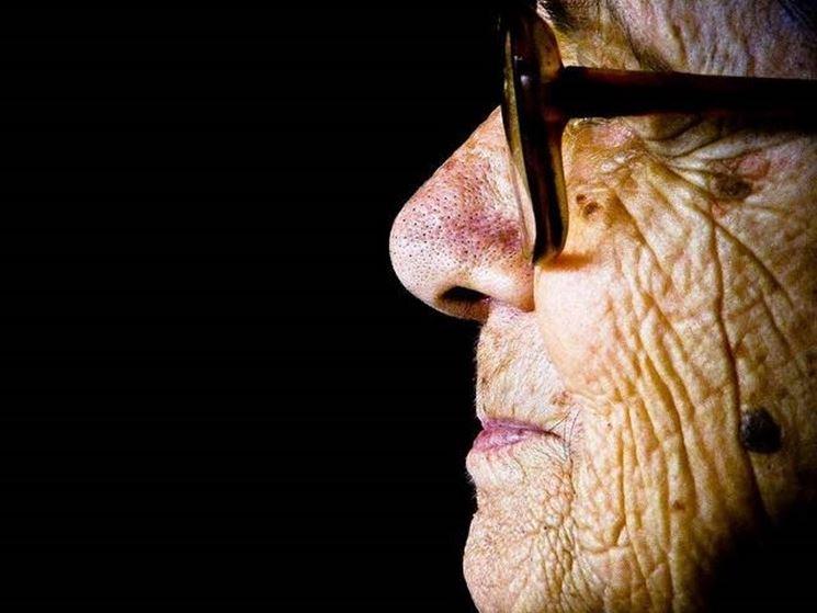 anziano di profilo